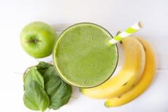 Bebida del jugo del verde del smoothie de la manzana de la espinaca de la mezcla del plátano sana imagen de archivo