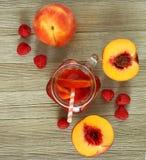 Bebida del melocotón y de la frambuesa imagen de archivo