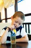 Bebida del muchacho una bebida con hielo Imagen de archivo libre de regalías