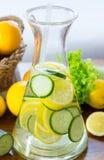 Bebida del pepino y del limón Fotos de archivo libres de regalías