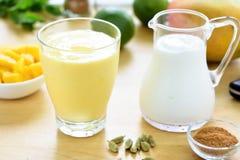 Bebida del smoothie del lassi del mango Fotos de archivo libres de regalías