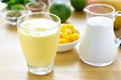 Bebida del smoothie del lassi del mango Imágenes de archivo libres de regalías