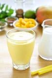 Bebida del smoothie del lassi del mango Imagen de archivo