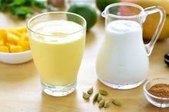Bebida del smoothie del lassi del mango Fotografía de archivo libre de regalías