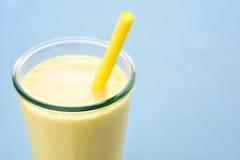 Bebida del smoothie del lassi del mango Fotografía de archivo