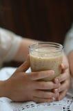 Bebida del Smoothie en la mano del niño Imagen de archivo libre de regalías