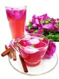 Bebida del té del coctel con color de rosa salvaje y cinamomo Foto de archivo libre de regalías