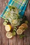 Bebida del verano con el pepino, el limón, el hielo y la menta cercanos para arriba en un gl Foto de archivo libre de regalías