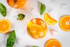 Bebida del verano con la naranja y la albahaca Fotos de archivo libres de regalías