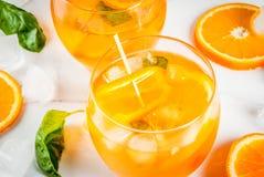 Bebida del verano con la naranja y la albahaca Foto de archivo libre de regalías