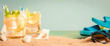 Bebida del verano en la playa de la arena foto de archivo libre de regalías