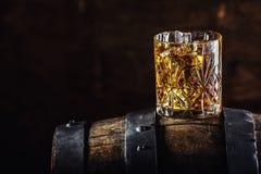 Bebida del whisky Vidrio de whisky en barril de madera viejo foto de archivo libre de regalías