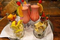 Bebida deliciosa da morango com leite condensado e vodca com efeitos do abacaxi do limão e do caju fotos de stock