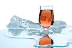Bebida do álcool do ouro com gelo Imagem de Stock