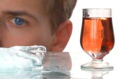 Bebida do álcool do ouro com gelo Foto de Stock Royalty Free