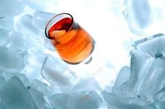Bebida do álcool do ouro com gelo Fotos de Stock