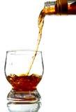 Bebida do álcool que derrama no vidro Imagem de Stock Royalty Free