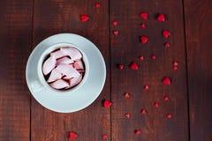 Bebida do cacau com marshmallows e corações na madeira Conceito do dia de são valentim Configuração lisa imagens de stock