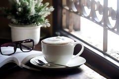 Bebida do café em uma tabela de madeira Fotos de Stock Royalty Free