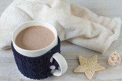 Bebida do chocolate quente com as decorações da celebração no fundo branco Foto de Stock Royalty Free
