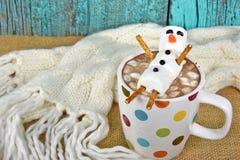 Bebida do chocolate quente com boneco de neve do marshmallow Imagens de Stock