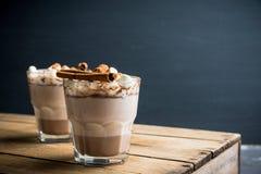 Bebida do chocolate quente com marshmallow e canela no vidro antiquado fotos de stock royalty free