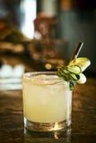 Bebida do cocktail da vodca da hortelã de limão do pepino na barra imagem de stock royalty free
