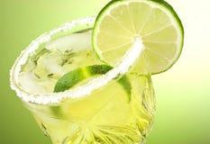 Bebida do cocktail do cal imagem de stock