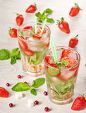 Bebida do cocktail do verão do mojito da morango Imagem de Stock