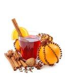 Bebida do inverno com laranjas e cravos-da-índia fotografia de stock
