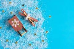 Bebida do Natal Chá ou café em umas canecas vermelhas na tabela de madeira com bastão de doces Fotos de Stock Royalty Free