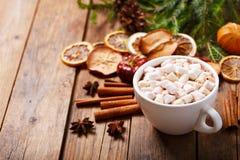 Bebida do Natal Copo do cacau quente com marshmallows foto de stock