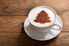 Bebida do Natal Copo do café do cappuccino com o Dr. da árvore de Natal foto de stock