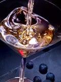 Bebida do ouro do mirtilo com cocktail de derramamento Imagem de Stock Royalty Free