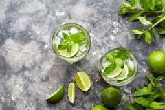 Bebida do rafrescamento do álcool do cocktail do cocktail de Mojito no vidro de highball, bebida tropical das férias do verão com fotos de stock