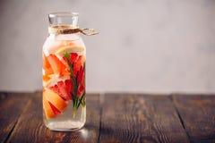 Bebida do verão com toranja e alecrins Fotos de Stock