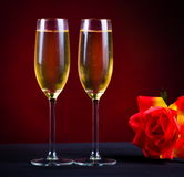 bebida dos vidrios del fondo rojo del champán subieron Fotos de archivo