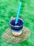 Bebida dulce con los guisantes de mariposa imagen de archivo libre de regalías