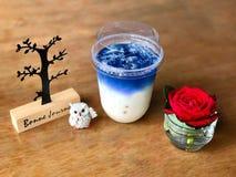 Bebida dulce con los guisantes de mariposa fotografía de archivo libre de regalías