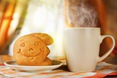 Bebida e biscoito quentes com um sorriso Fotos de Stock
