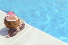 A bebida e os vidros exóticos aproximam a água imagem de stock royalty free