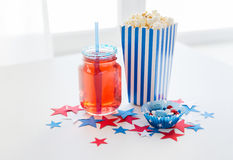 Bebida e pipoca com os doces no Dia da Independência Fotografia de Stock Royalty Free