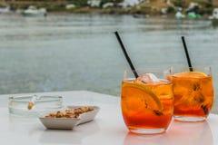 Bebida en la costa en la puesta del sol Foto de archivo