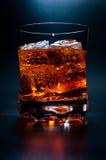 Bebida en las rocas imagen de archivo