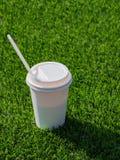 Bebida en una taza de papel con en el campo de fútbol fotos de archivo libres de regalías