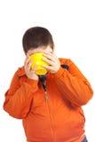 Bebida engraçada da criança do copo amarelo grande Imagens de Stock Royalty Free