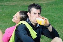 Bebida feliz de los atletas Fotos de archivo libres de regalías