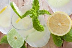 Bebida fría con el limón imagenes de archivo