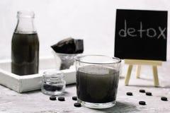 Bebida fría del detox del carbón de leña foto de archivo