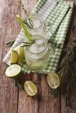 Bebida fría del verano con la cal, el hielo y el romero cercanos para arriba en glas Imagenes de archivo